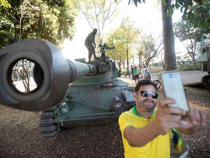Un simpatizante de Jair Bolsonaro se toma una fotografía durante un desfile militar en Brasilia, este martes.