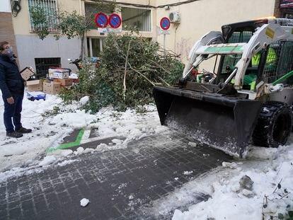 El alcalde Almeida observa los trabajos de retirada de nieve en Tetuán el 14 de enero