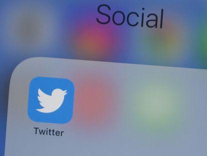 El logo de Twitter en la pantalla de un teléfono móvil.