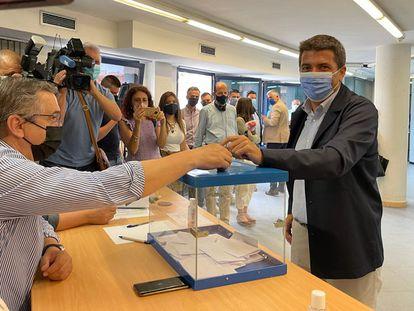 Carlos Mazón, el candidato de Génova a la presidencia del PP valenciano, vota en la sede del partido en Alicante.