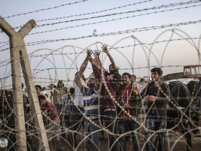 Kurdos sirios, el 21 de septiembre en el lado sirio de la frontera, en Suruc, el 21 de septiembre / Foto: AFP   Vídeo: ATLAS