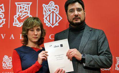 Los diputados de Esquerra Unida Marina Albiol e Ignacio Blanco, este lunes en las Cortes Valencianas.