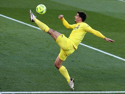 Gerard Moreno controla un balón.