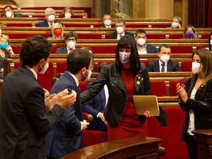 La diputada Aurora Madaula recibe tras su nombramiento la felicitación de Pere Aragonès y los aplausos de la consellera Meritxell Budó y del conseller Damià Calvet. EFE/Enric Fontcuberta POOL