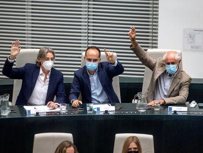 Los diputados del Grupo Mixto Marta Higueras, José Manuel Calvo, y Luis Cueto durante el pleno extraordinario.