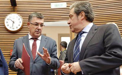 El presidente de las Cortes Valencianas, Enric Morera, a la izquierda, con el portavoz de Vox, José María Llanos.