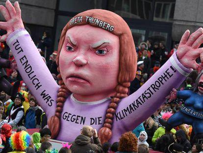 Una muñeca que reproduce la figura de la activista sueca Greta Thunberg es exhibida en el carnaval de Duesseldorf (Alemania) el pasado 4 de marzo.