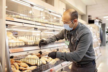 Trabajador de Mercadona en un supermercado de Valencia.