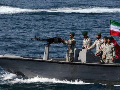 Militares iraníes, en una patrullera en el estrecho de Ormuz, el pasado abril.