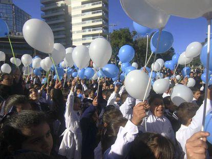 Alumnos de escuelas públicas argentinas en un acto público, el pasado 20 de junio.