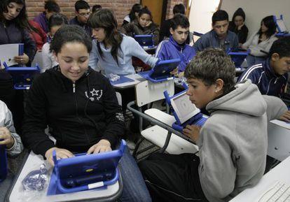 Estudiantes de una escuela pública en Montevideo reciben un nuevo portátil.