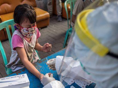 Una niña se somete a un test rápido de anticuerpos en Surabaya (Indonesia).