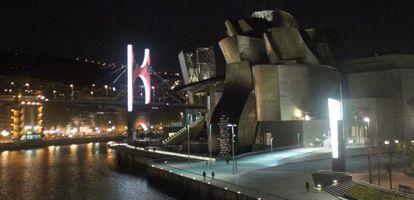 Una vista nocturna del Museo Guggenheim de Bilbao, que este viernes abre sus puertas de noche para una gran fiesta de Carnaval
