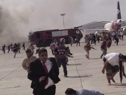 Momento que ha seguido a la primera explosión en el aeropuerto de Adén, tras la llegada del avión con el nuevo Gobierno yemení.