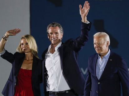 El presidente Joe Biden acompaña a Gavin Newsom y su esposa, Jennifer, en Long Beach.