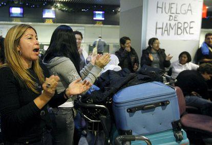 Cordón policial para evitar más bloqueos. Servicios sanitarios han tenido que atender a una mujer embarazada que tenía previsto viajar a principios de semana a Bogotá.