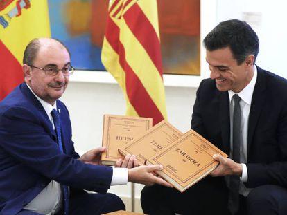 Javier Lambán regala a Pedro Sánchez varios tomos de un Diccionario Geográfico de Aragón en su reunión en La Moncloa.