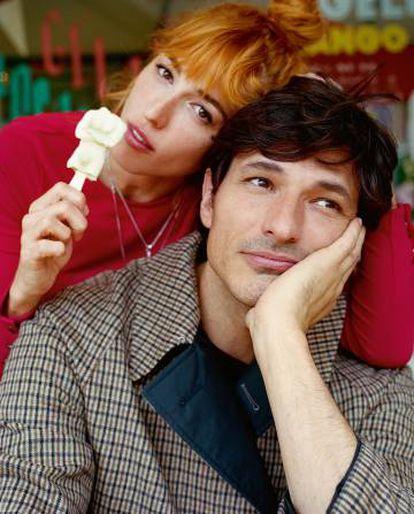 Andrés, con abrigo Gucci, junto a su hermana Silvia, quien actualmente regenta el restaurante familiar.