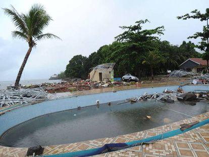La zona de la piscina de una villa de Carita (Indonesia), tras el tsunami del domingo 23 de diciembre de 2018. En vídeo, la última hora de las labores de rescate.
