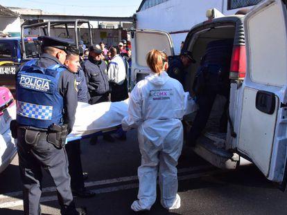 El cuerpo del taxista asesinado en Xochimilco.
