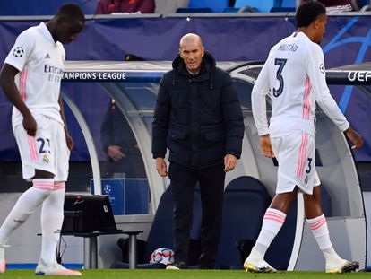 Zidane, entre Mendy (izquierda) y Militão, durante el Real Madrid-Shakhtar del pasado miércoles.