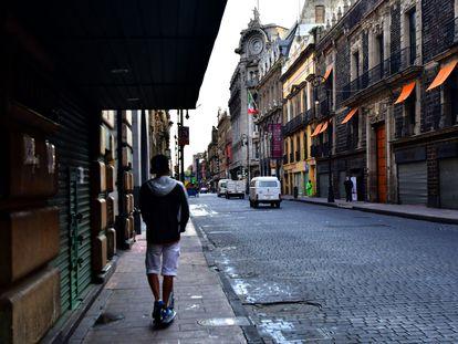 Un hombre pasea por las calles del centro histórico de Ciudad de México.