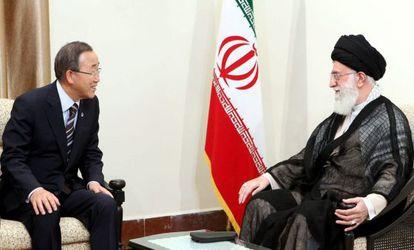 El ayatolá Ali Jameini con el secretario general de la ONU, Ban Ki-Moon, durante su encuentro en Teherán.
