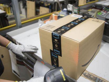 Una operaria gestiona un pedido de Amazon en un almacén de Madrid.