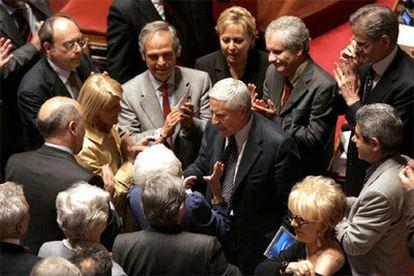 Franco Marini, en el centro, recibe la felicitación de sus compañeros del Senado tras ser elegido presidente de la cámara.