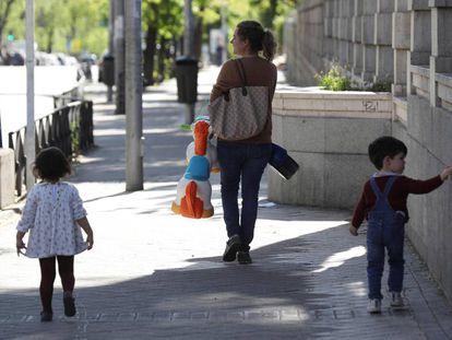 Una mujer pasea con niños en el Parque Santander de Madrid.