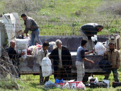Un grupo de refugiados sirios en la frontera entre Siria y Turquía.