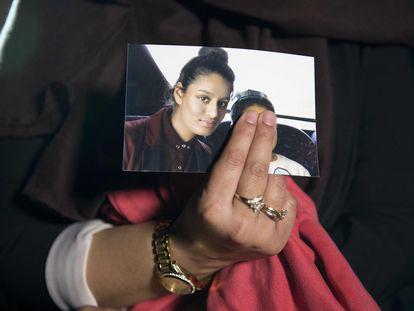 Una hermana de Shamina Begum mostraba una foto de ella, en Londres en febrero de 2015.