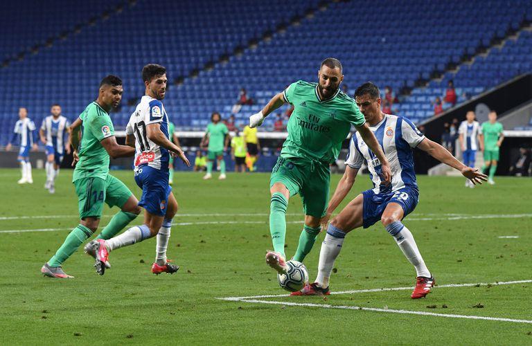 Benzema asiste de tacón, por debajo de las piernas de Bernardo, para que Casemiro marque el gol del Madrid.