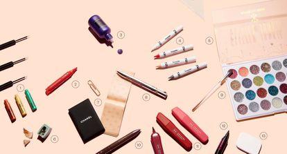 <b>1. Vivid Brights Liner</b>, de NYX (5,90euros). Recuerdan al material escolar, pero son delineadores extrafinos. <b>2. Long Lasting Colour Lip Marker</b>, de Kiko Milano (6,95euros). Inspirado en los rotuladores gruesos, es un labial con efecto tatuaje de larga duración. <b>3. ColorfulHair Flash</b>, de L'Oréal Professionnel. Podría confundirse con un bote de témpera, pero es un maquillaje de cabello que se elimina con champú. <b>4. Crayola</b> replica sus famosas ceras de colores en esta edición limitada de pinturas de ojos, labios y mejillas diseñada para Asos (12,49 euros). <b>5. Glitter Junkie Eye Palette</b>, de Ps… Primark Beauty (6 euros). No son acuarelas, sino 28 sombras de ojos con brillo. <b>6. Sacapuntas de Clinique</b>. 7. Esta especie de libreta es el <b>Papier Matifiant</b>, de Chanel (30 euros). Cada hoja se aplica directamente sobre el rostro, absorbe el exceso de sebo y elimina los brillos de la piel. <b>8 y 10. Brow Contour Pro</b>, de Benefit (35,55 euros), y Stylo 4 Couleurs</b>, de Clarins (37 euros). Reinterpretan la forma del mítico boli de cuatro colores y es un lápiz multiuso para ojos y labios. <b>9. Esta brocha para corrector</b> de Clinique (22 euros) podría confundirse con un pincel de acuarelas. Con la punta se camuflan las pequeñas imperfecciones y el lado plano sirve para áreas más amplias, como las orejas. <b>11. Mark My Lips</b>, de HEMA (4,50euros cada uno). Imitan subrayadores de mesa, pero son labiales de larga duración. <b>12. Monsieur Big Marker</b>, de Lancôme (30 euros), es un delineador de ojos resistente al agua que evoca a los rotuladores Edding. <b>13.Esta esponja rectangular de QVS </b>se asemeja a una goma de borrar (3,25 euros).