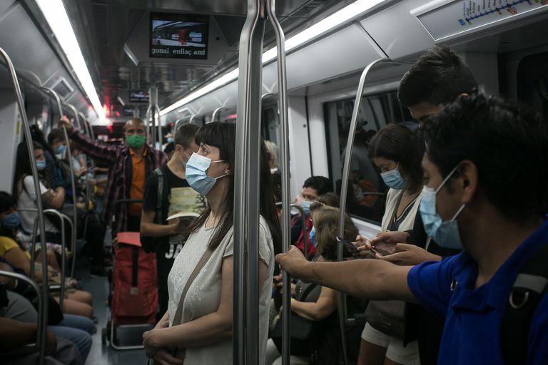 Viajeros en el metro de Barcelona el primer día laborable después de las vacaciones de verano.