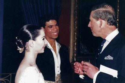 En el Royal Albert Hall, saluda a Carlos de Inglaterra con Tamara Rojo.