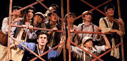 Alumnos de la escuela Jana durante el montaje de fin de curso del musical 'Newsies'.