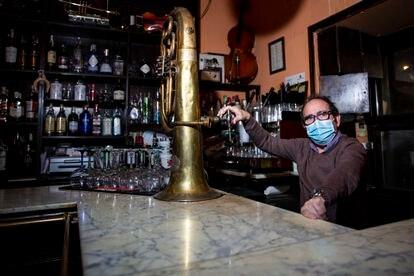 Carlos Lloret, propietario del Café Bar Viaducto, este martes en Madrid.