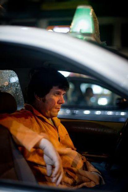 Un taxista esperando a clientes en la Gran Vía.