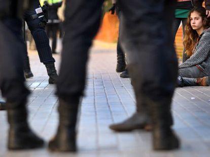 Dos estudiantes rodeadas de policías durante las protestas de la 'primavera valenciana' en 2012.