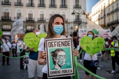 """Concentración en la Puerta del Sol de Madrid en defensa de la sanidad publica y bajo el lema """"sanitarios necesarios"""", el 29 de junio. / OLMO CALVO"""
