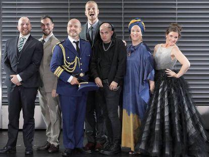 Sonrisas forzadas y falsa armonía en la foto de familia de los protagonistas de 'Agrippina'.