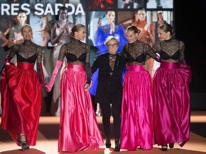 Judit Mascó, Verónica Blume, Vanesa Lorenzo y Martina Klein cierran, junto a Nuria Sardá, el desfile de Andrés Sardá.