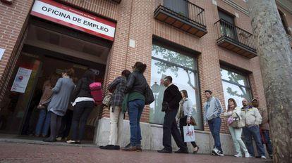 La entrada de una oficina del INEM, en Alcalá de Henares (Madrid).