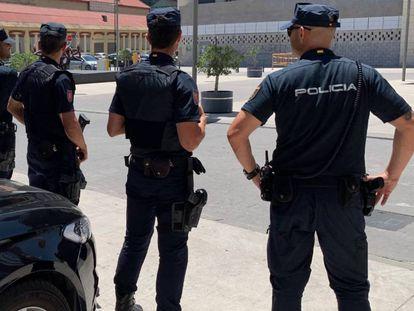 Efectivos de la Policía Nacional en Málaga, en una imagen de archivo.