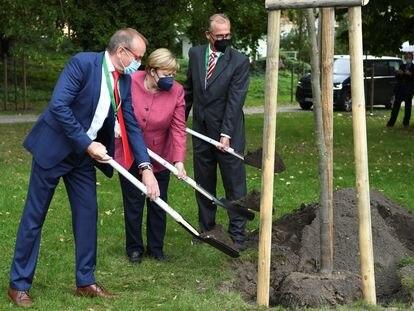 La canciller alemana, Angela Merkel, junto al alcalde de Templin, Detlef Tabbert, y Franz-Christoph Michel, durante la celebración de los 750 años del municipio.