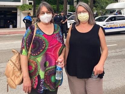 Anne Marie Bonnefoy (izquierda) y Pascale Bonnefoy, hijas de Claudio Bonnefoy Bachelet, chileno desaparecido en el derrumbe de un edificio en Miami (Florida), posan frente al Grand Beach Hotel.