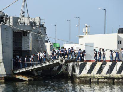 Un grupo de marinos, el pasado 22 de julio, cargando los buques que México envía a Cuba.
