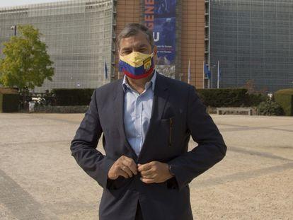 El expresidente ecuatoriano, Rafael Correa, delante del edificio de la Comisión Europea, en 2020.