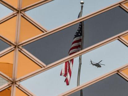 La bandera estadounidense se refleja en las ventanas de la Embajada en Kabul, el pasado 30 de julio.